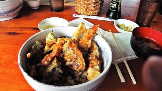 Miyo's: 天丼です。なぜか味噌汁が先に出てきてます!