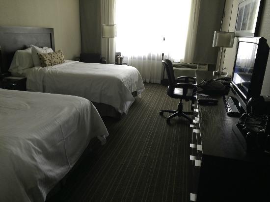 Toronto Airport West Hotel : room 214