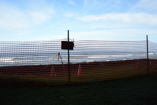 Nohonani Condos: Orange fencing blocking our view from the lanai