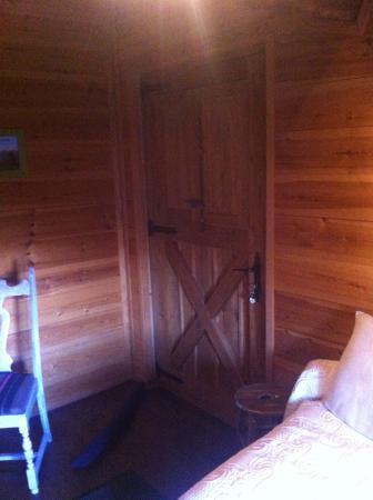Mas El Casal: Vista habitación planta superior: puerta entrada y cojín