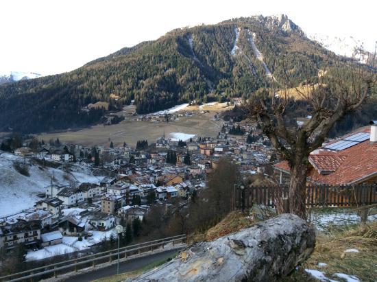 Garni Miravalle: Vista dall'albergo su Moena