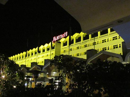 Islamabad Marriott Hotel : at night from the outside