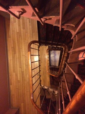 Caulaincourt Square Hostel: Lots of stairs! (No elevator)