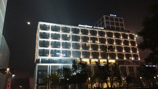 Howard Johnson Parkland Hotel Dalian: Full Moon backdrop of Howard Johnson