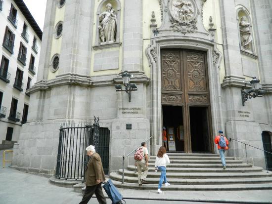 Biblioteca iv n de vargas frente de la iglesia fotograf a for Biblioteca iglesia madrid