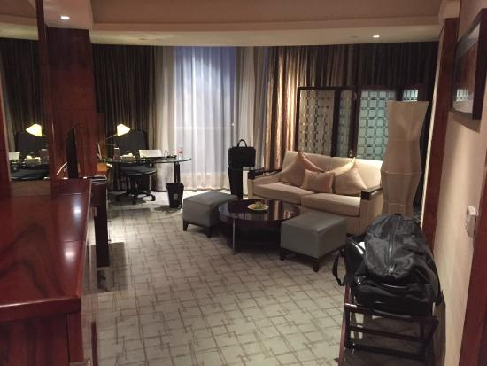 Sheraton Grand Shanghai Pudong Hotel & Residences: Lounge room within the suite