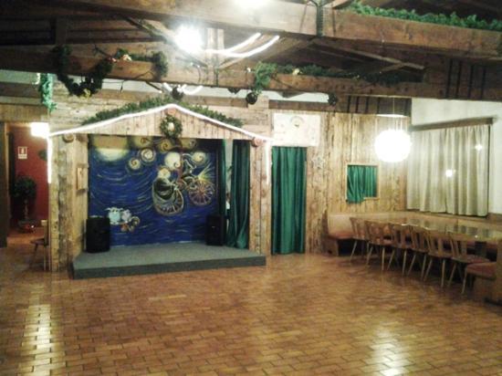 Alaska Clubresidence : salone con palco spettacoli e baby dance
