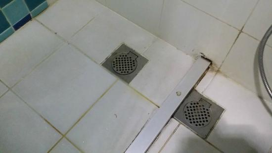 Bella Vista Express Langkawi: Dirty bathroom floor