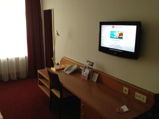 H4 Hotel Residenzschloss Bayreuth: großzügig, so macht auch Arbeiten auf dem Zimmer Spaß