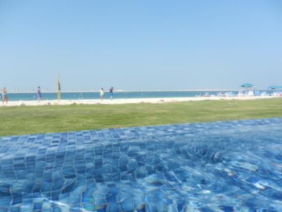 Piscine pelouse plage et mer de l 39 autre h tel picture for Plage et piscine