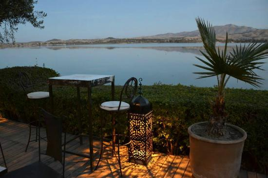 Le Flouka Auberge et Restaurant du Lac : Vue de la terrasse après le coucher du soleil