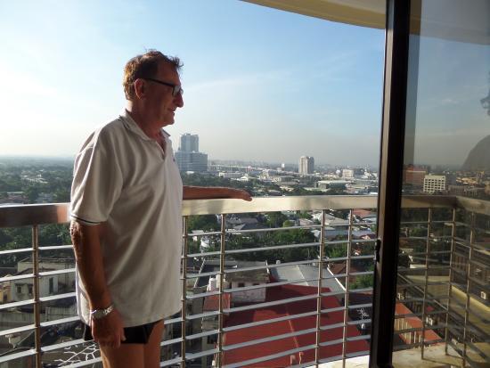 BSA Mansion Condotel : Manila skyline at 7:00am from 15th floor room