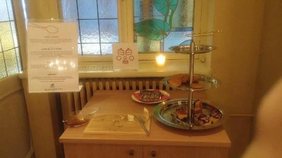 Original Sokos Hotel Hamburger Bors : Aamiainen oli jo päättymässä, mutta juustopöytä oli kyllä runsas kun saavuimme aamiaiselle :)