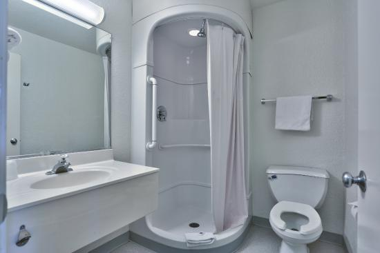 Motel 6 Prescott: Bathroom
