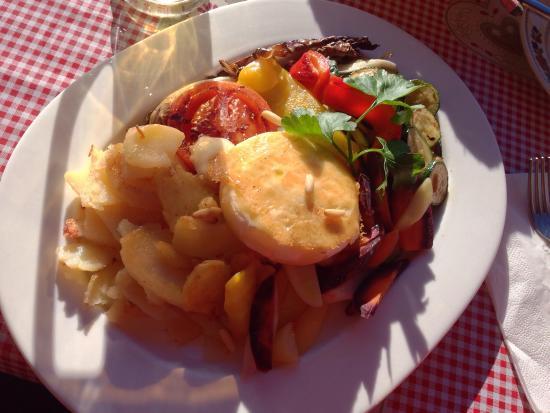 Ücia Picio Pré: Verdure grigliate con tomino e pinoli