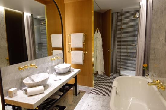 Hotel Vernet: spacieuse salle de bain