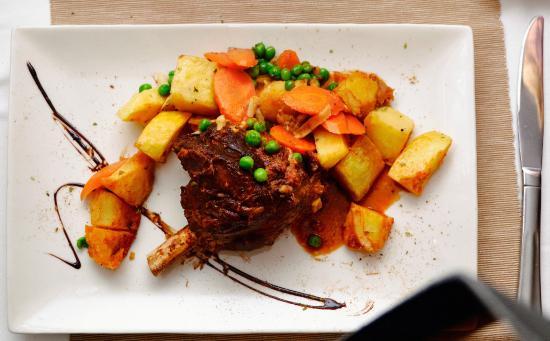 Yamas Restaurant: Tender roast leg of lamb (delicious)