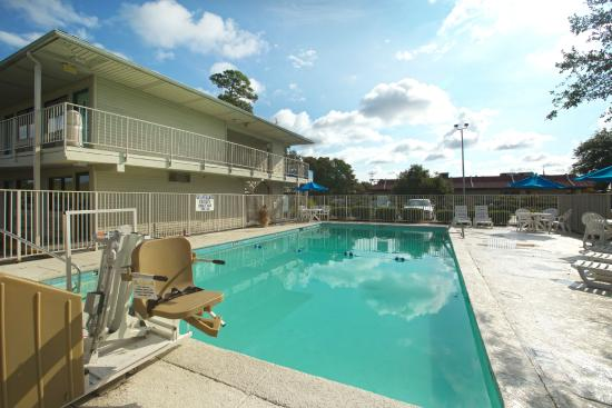 Motel 6 Charleston South: Pool