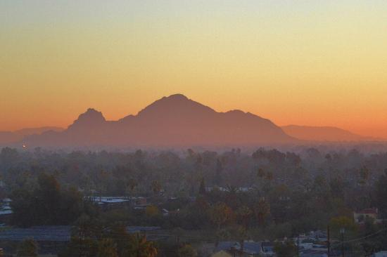 Hilton Phoenix Suites: View of Camelback Mountain from our 10th floor room