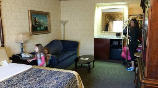 Ayres Hotel & Suites in Costa Mesa - Newport Beach: Spacious room.