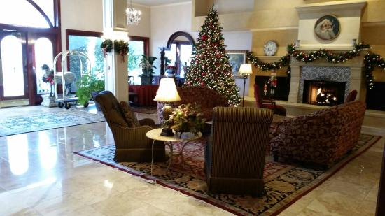 Ayres Hotel & Suites in Costa Mesa - Newport Beach: Lobby was nicely decorated for the holdays.