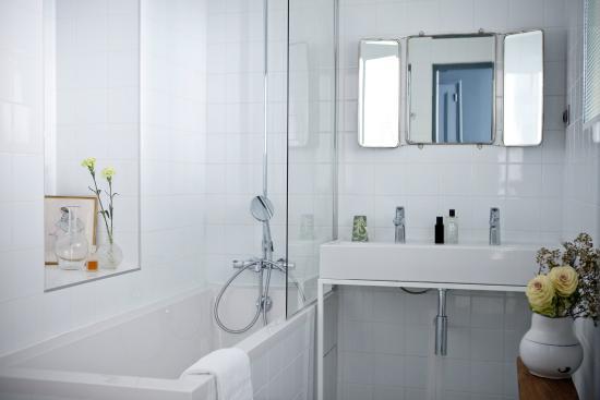 hotel henriette salle de bain - Picture of Hotel Henriette, Paris ...