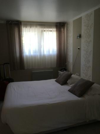 Motel Les Bleuets : Vista do quarto (janelas sem black out, apenas com cortina de vual)
