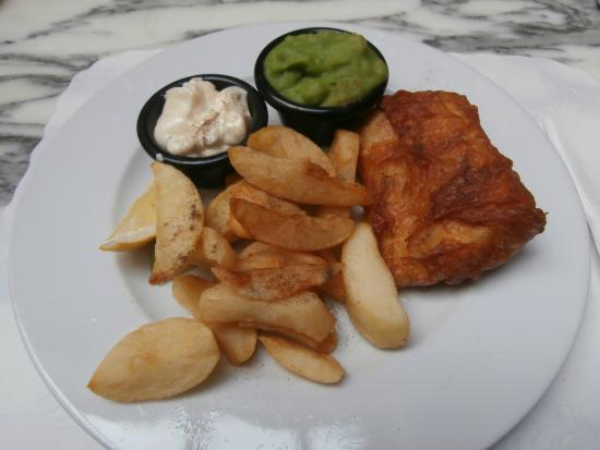 Osborne's Cafe and Grill: Freshly cooked fish and chips.