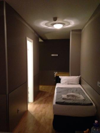 Hotel Munich Inn: Lettino nel corridoio della camera