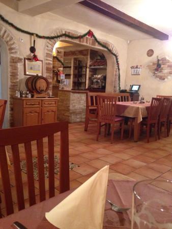 Nettes ambiente im kleinen gastraum picture of pizzeria for Ambiente rustico