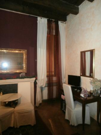 Anfiteatro Bed & Breakfast: particolare della camera rossa