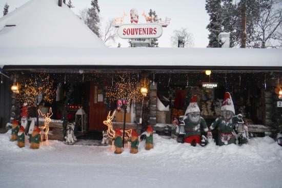 Lapland Hotel Luostotunturi: shop across road