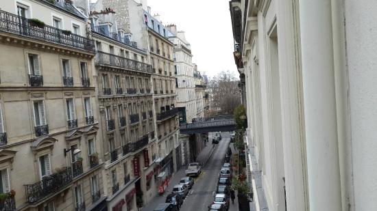 Residence du Pre : Вид из окна номера на третьем этаже (в сторону начала улицы)