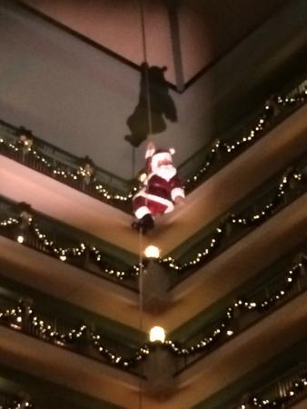 شاتوه أون ذا ليك ريزورت سبا آند كونفنشن: High above the atrium we saw Santa