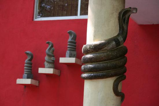 Guindy Snake Park: Facade of the hall in the snake park