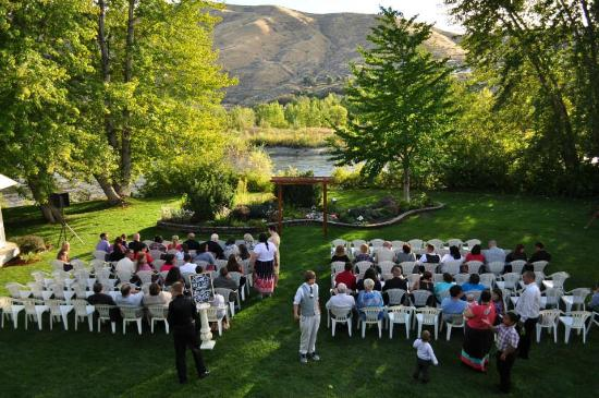 Warm Springs Inn & Winery: Ceremony on the back lawn