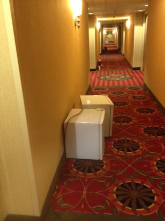 Holiday Inn Sacramento-Capitol Plaza: Empty fridges, dispensers left in hall