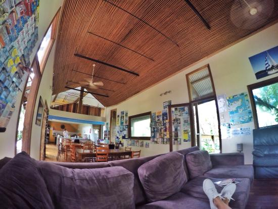 Melaleuca Surfside Backpackers: Chilling in the communal lounge & kitchen