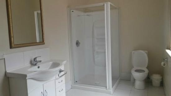 Empire Hotel: spacious modern bathrooms