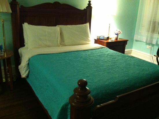Morehead Manor Bed and Breakfast: Bed in Jasmine Room