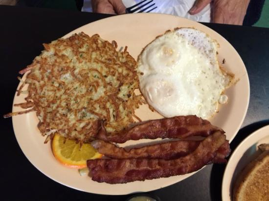Bisbee Breakfast Club : Eggs, bacon, hashbrowns (potato pancakes)