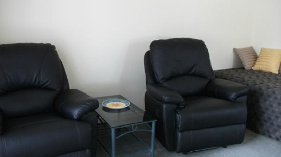 Phoenix Motor Inn: One bedroom unit - Lounge