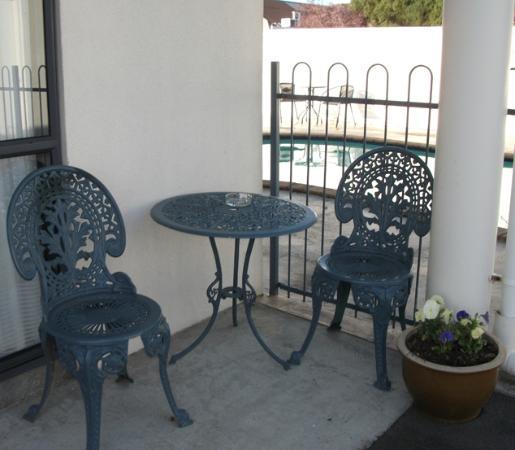 Phoenix Motor Inn: Outdoor seating