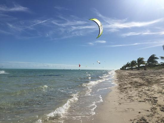 ‪بروفيدنسياليس: Long Bay Beach Kiteboarding‬