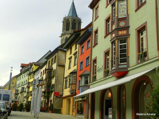 Ringhotel Johanniterbad: Rua principal ao lado da entrada do Hotel...