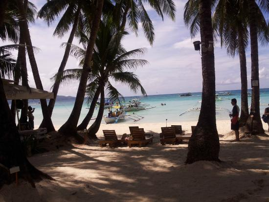 Boracay Tourists' Inn: Beach only one block walk from hotel