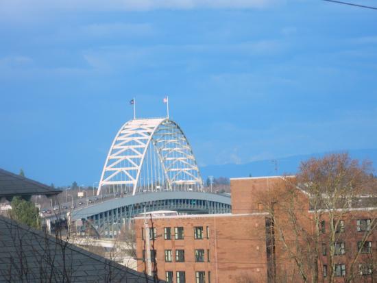 Park Lane Suites & Inn: View of the bridge