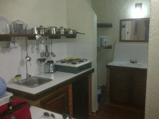 Hotel Villa Marina Suites: cocinita equipada con unas hornillas a gas una nevera y utencilios di desea cocinar