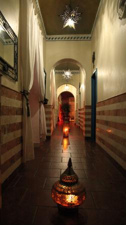 Hotel Julamis: Entrance hallway at night