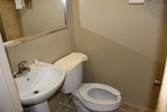 Prince of Wales Motel: Bathroom